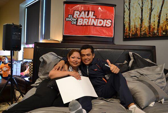 Y hasta tomarse una foto con él, ¡en la cama!  Escucha El Show de Raúl B...