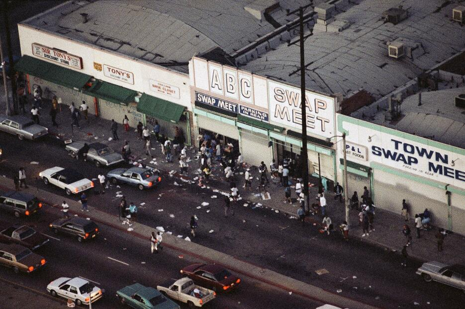 En esta foto captada el 29 de abril de 1992 se observa a gente que saque...