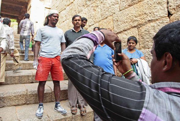 El humilde escalador dice que recibe propinas de generosos turistas que...