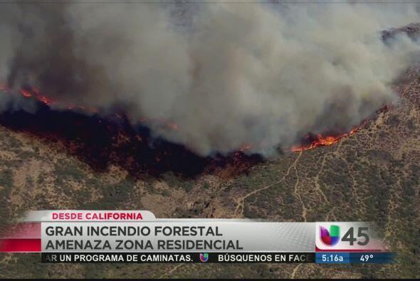 Un gran incendio forestal amenaza una zona residencial de California, do...