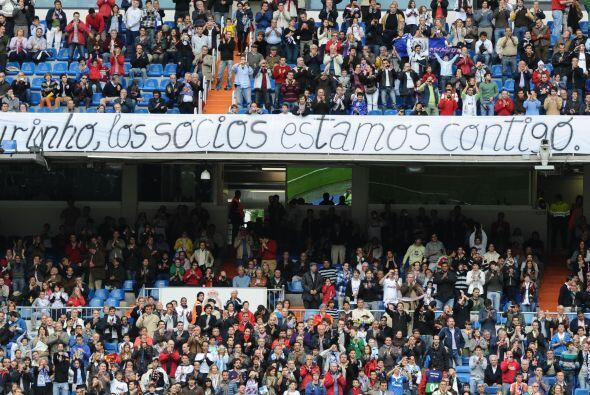 Los hinchas del conjunto 'blanco' mostraron banderas de apoyo a José Mou...