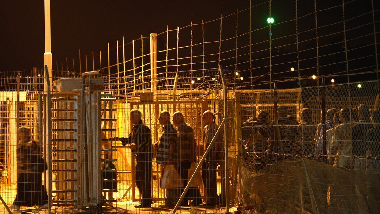 Un grupo de palestinos cruza desde Cisjordania hacia Israel para comenza...