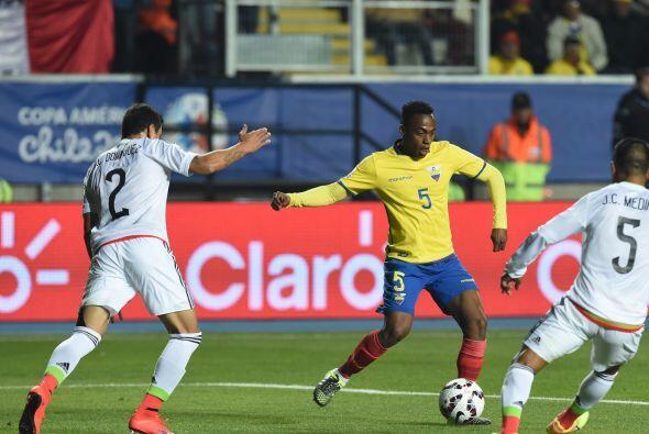 """5 Renato Ibarra """" 7: Eficiente con la pelota, jugó fácil y mostró que es..."""