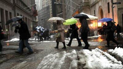La mezcla peligrosa de nieve y hielo paralizó a los trenes, carreteras y...