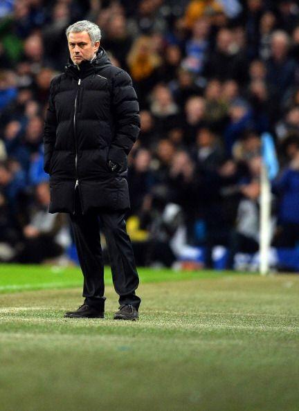 Mourninho buscaba soluciones en el campo para el partido.