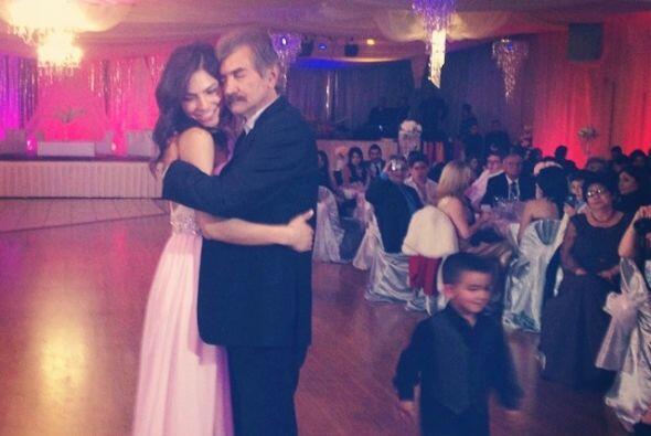 Aquí vemos a la guapa conductora bailando su con papá en la pista.