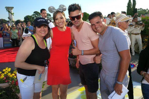 Satcha celebrando junto a parte del equipo de producción de Despierta Am...