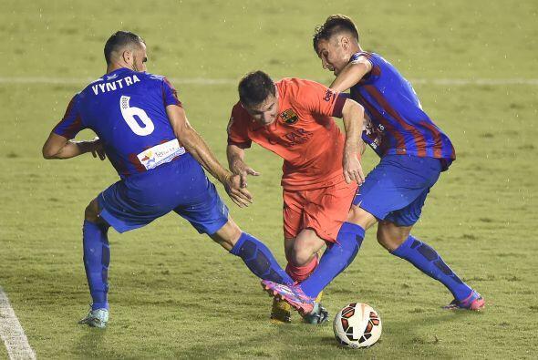 Y al minuto 42', Vyntra le cometió una falta a Lionel Messi dentro del á...