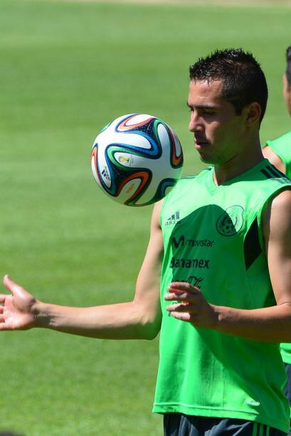 Paul Aguilar jugando con Brazuca, la pelota oficial del Mundial.