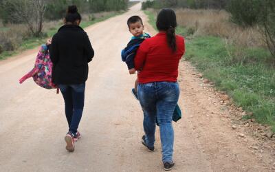 Inmigrantes centroamericanos caminan hacia la frontera con EEUU cerca de...
