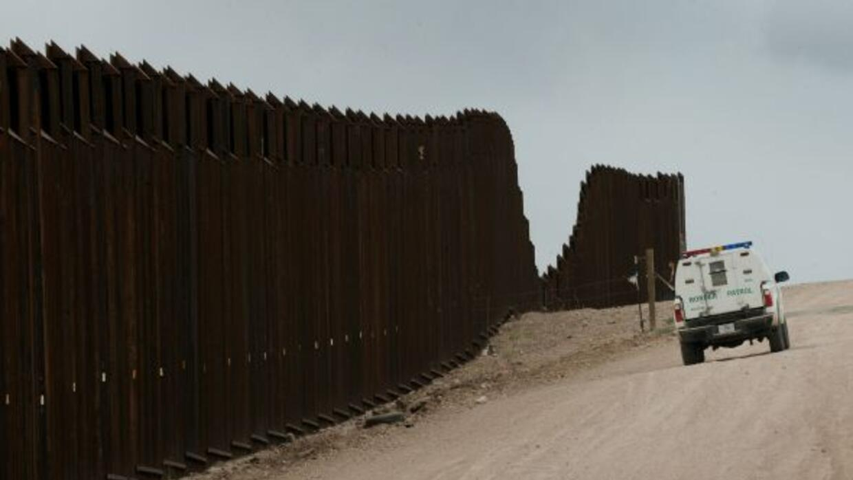 Una ley federal aprobada en 2006 ordenó la construcción de unos mil 150...