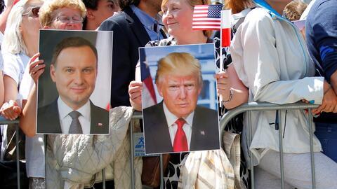 Dos mujeres durante el discurso de Donald Trump en la plaza Krasinki de...