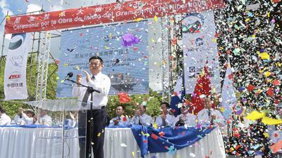 El empresario chino Wang Jing aplaude en la inauguración de las obras de...