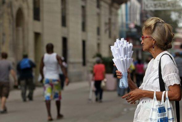 Una anciana vende cucuruchos de maní en una calle de La Habana.