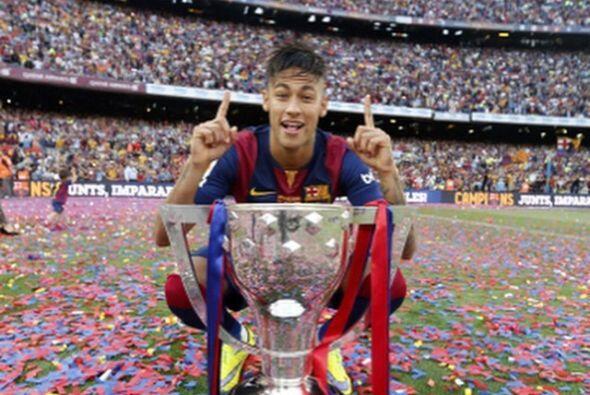 Previamente Neymar se acercó a la fotógrafos para que le tomaran esta pl...