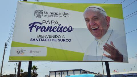 Una valla da la bienvenida al papa Francisco en los alrededores de la ba...