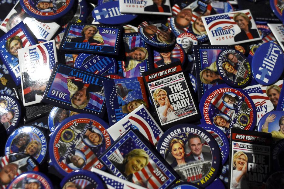 A la venta estaban los botones de la campaña a favor de la demócrata Hil...