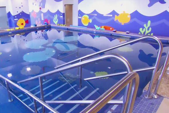 En la piscina, los niños que asisten al CRIT USA reciben hidroter...