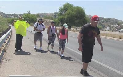 Tres hispanos inician caminata desde el muro fronterizo hasta Tucson