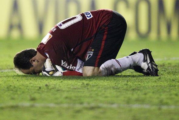Rogério Ceni en una postura llamativa. El portero del Sao Paulo celebra...