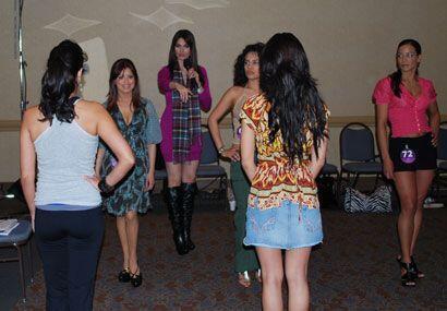 Cynthia Olavarría enseña a las chicas de Nuestra Belleza Latina a andar...