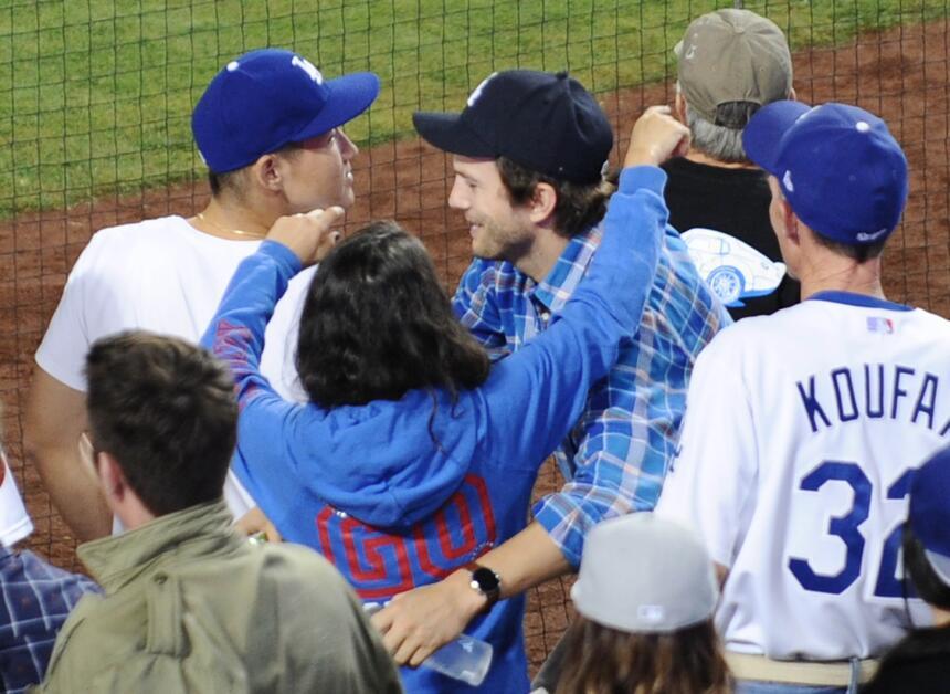 La pareja disfrutó de un gran partido de baseball, pero no se quitaron l...
