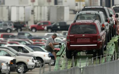 Automóviles en el estacionamiento de una fábrica de Ford