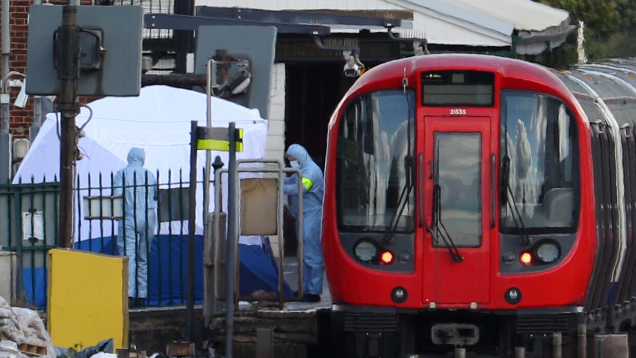 Equipo de foresnes recogiendo evidencias en el vagón del metro de Londre...