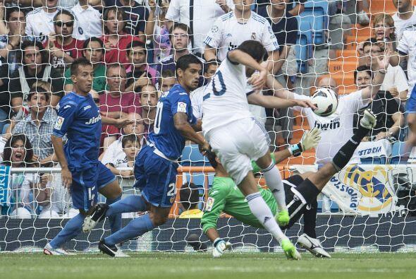 Pero el argentino Gonzalo Higuaín apareció dentro del área rival con has...