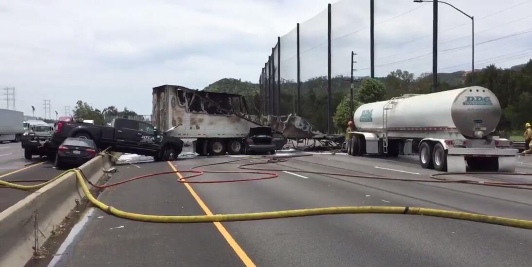 Escena del mortal accidente que provocó el cierre de la autopista 5 en e...