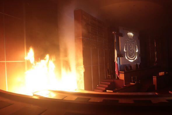 Vista de la sala principal del Congreso mientras el fuego comienza a pro...
