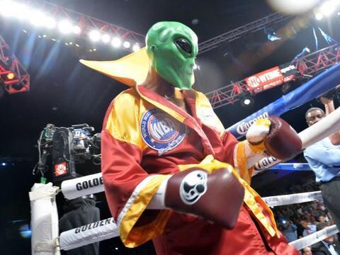Bernar Hopkins subió al ring con su máscara de The Alien p...