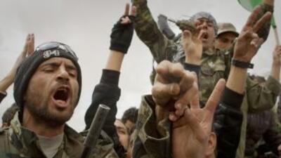 Las fuerzas rebeldes celebran el derribamiento de un avión de la Fuerza...