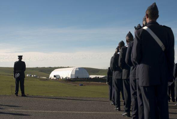 Una guardia militar escoltó el cuerpo, que avanzó hacia el lugar del fun...