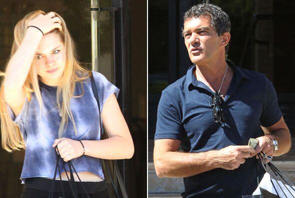 """El actor español fue visto llevando de """"shopping"""" a su hija con Melanie..."""