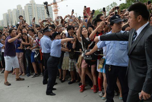 En ese momento parte de la multitud que esperaba afuera aprovechó para e...