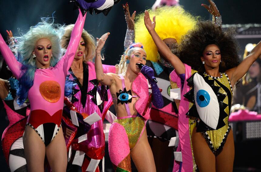 Miley actuó junto a varias 'drag queens'.