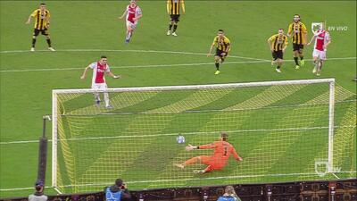 Triple castigo para el AEK: Roja, penal y gol en contra para los griegos