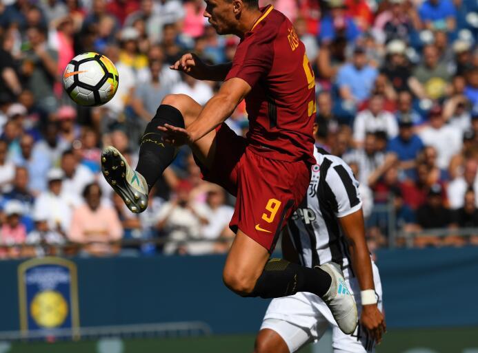 'Pipa' Higuaín se 'comió' una imperdible pero Juve venció a Roma en la I...