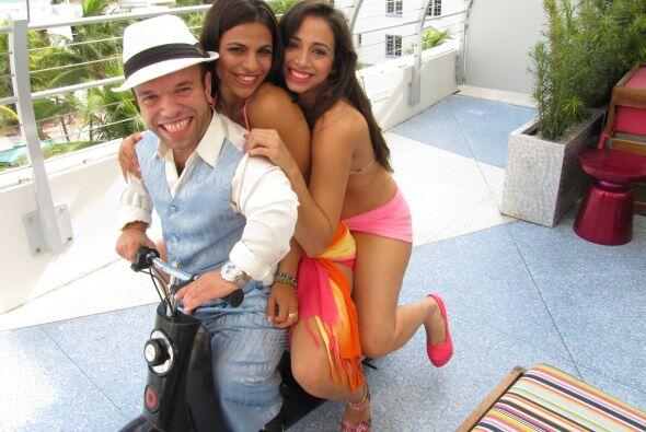 Juanito siempre rodeado de bellas mujeres.