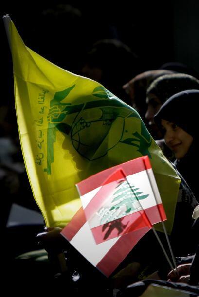 Mujeres libanesas partidarias de Hezbolá ondearon la bandera del partido...