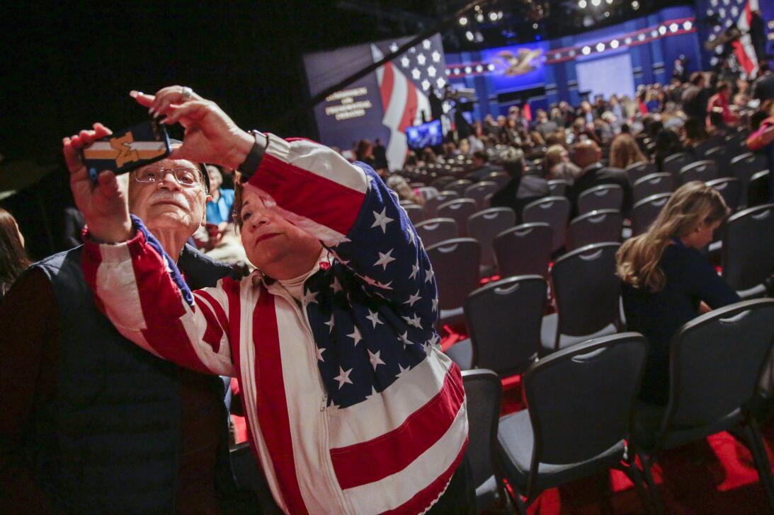 Elizabeth Bartz de Ohio se hace una selfie con su padre Jim Bartz antes...