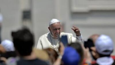 El Papa Francisco saluda a los fieles en la Plaza de San Pedro en el Vat...