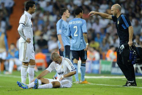 Al final Benzemá sufrió un golpe y salió reemplazado por el 'Pipita' Hig...