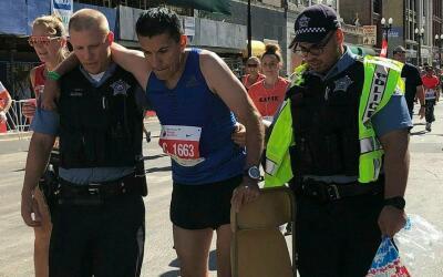 Dos policías ayudaron a un corredor de Chicago a completar las mi...