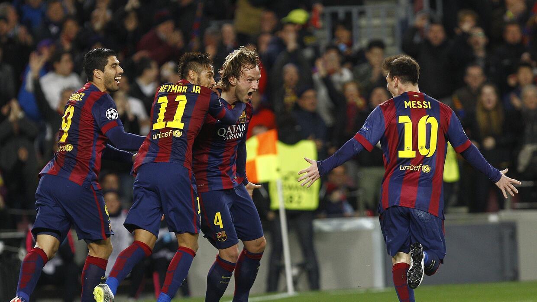 Ivan Rakitic festeja junto a la MSN un gol del Barcelona