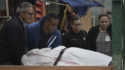 Médicos forenses retiran el cadáver de un individuo asesinado a tiros en...