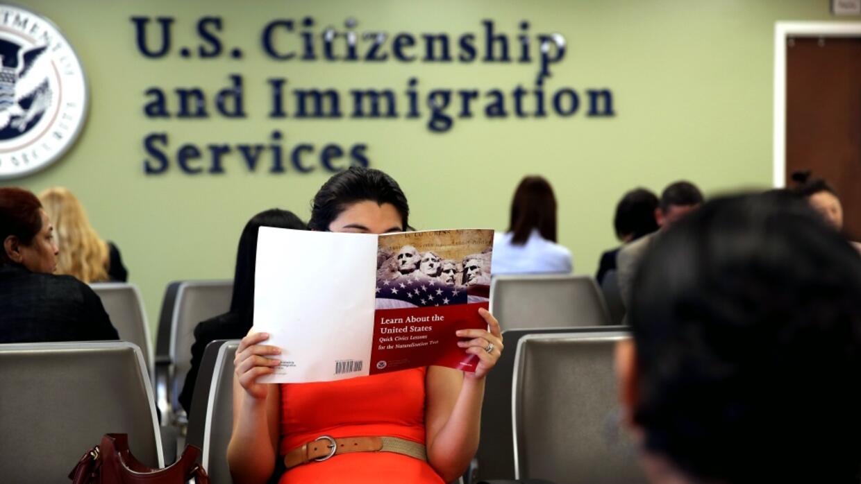 """Gobierno de Trump redefine misión del USCIS para dejar de ser una """"nación de inmigrantes"""""""