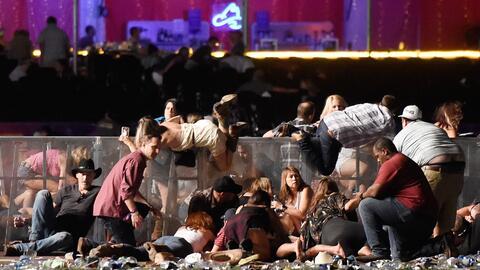 La gente intentando protegerse del tiroteo en el festival de músi...