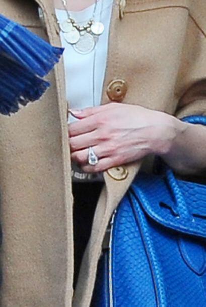 Aquí podemos ver el anillo de compromiso que Johnny le regaló a Amber.Mi...